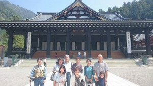 身延山久遠寺の本堂前で記念撮影