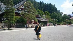 身延山久遠寺の本堂前で記念撮影2